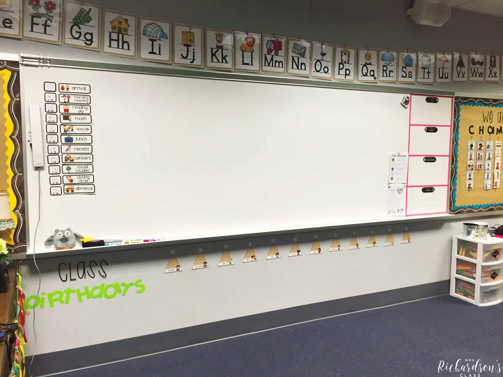 Chalkboard, burlap, and bright classroom decor that is simple and affordable! I love how inviting this learning environment is, too! e burlap word wall is simple, easy on the eye, and really pops!